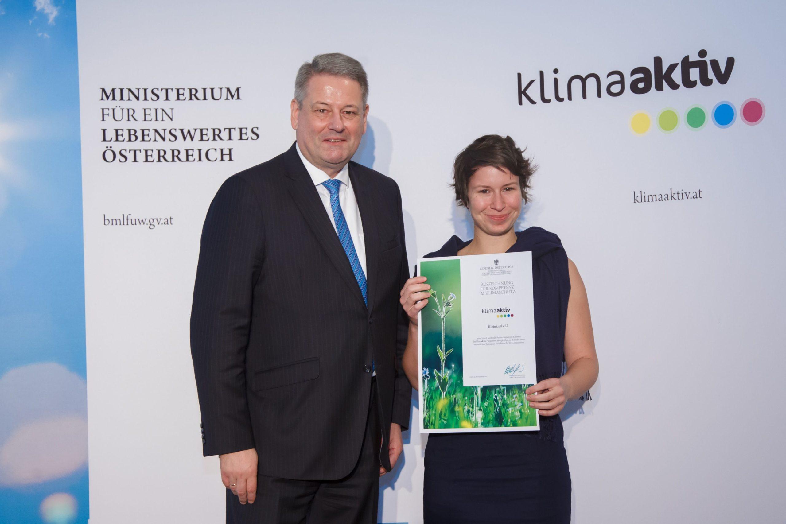 Magdalena Teufner-Kabas bekommt Urkunde von Umweltminister Rupprechter